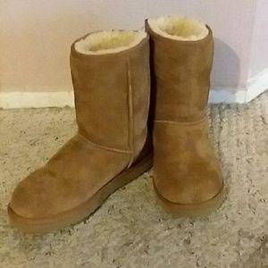 1f7fa71c0fc UGG classic short #5825 Boot, Size 7M